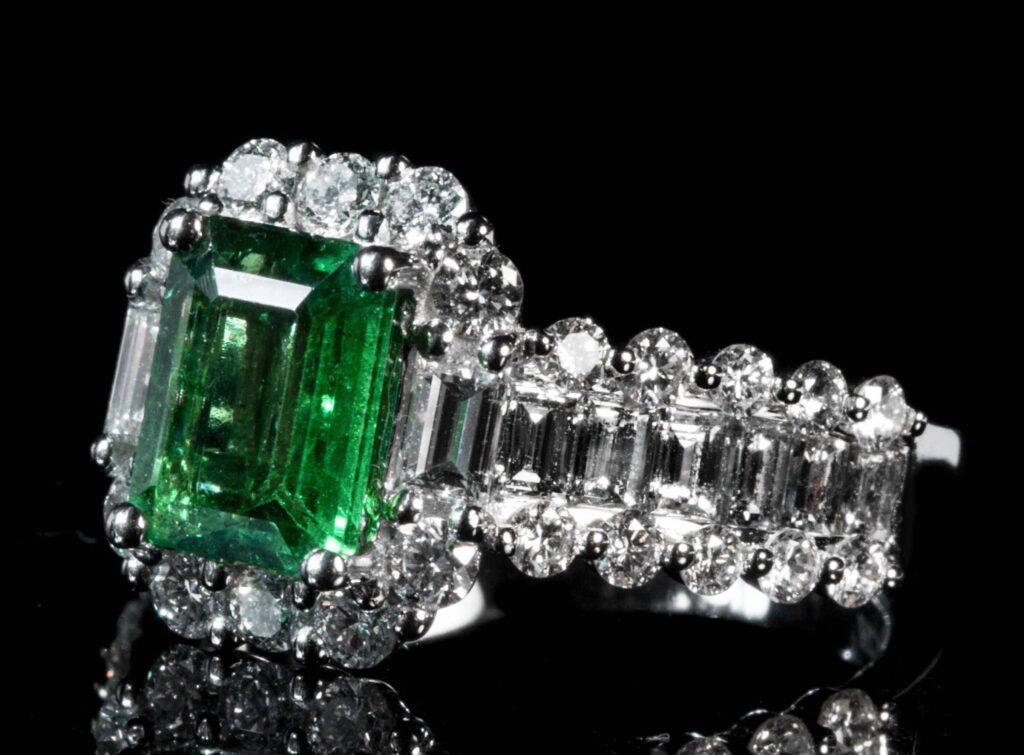 anillo_con_diamantes_y_esmeralda_joyas_belle_epoque_1920-scaled-e1591380828110